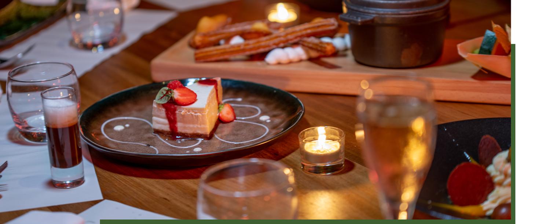 aperçu d'une table avec un dessert gourmand avec du coulis de fruits rouges