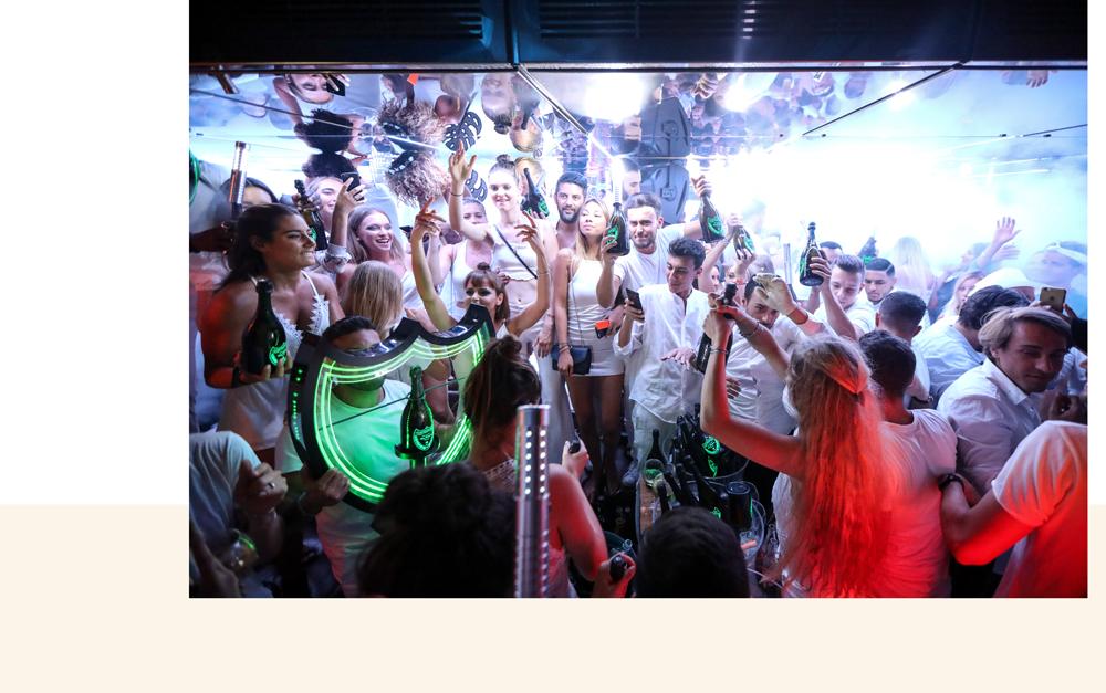 beaucoup de personnes qui dansent et s'amusent au bâoli cannes dans la boîte de nuit