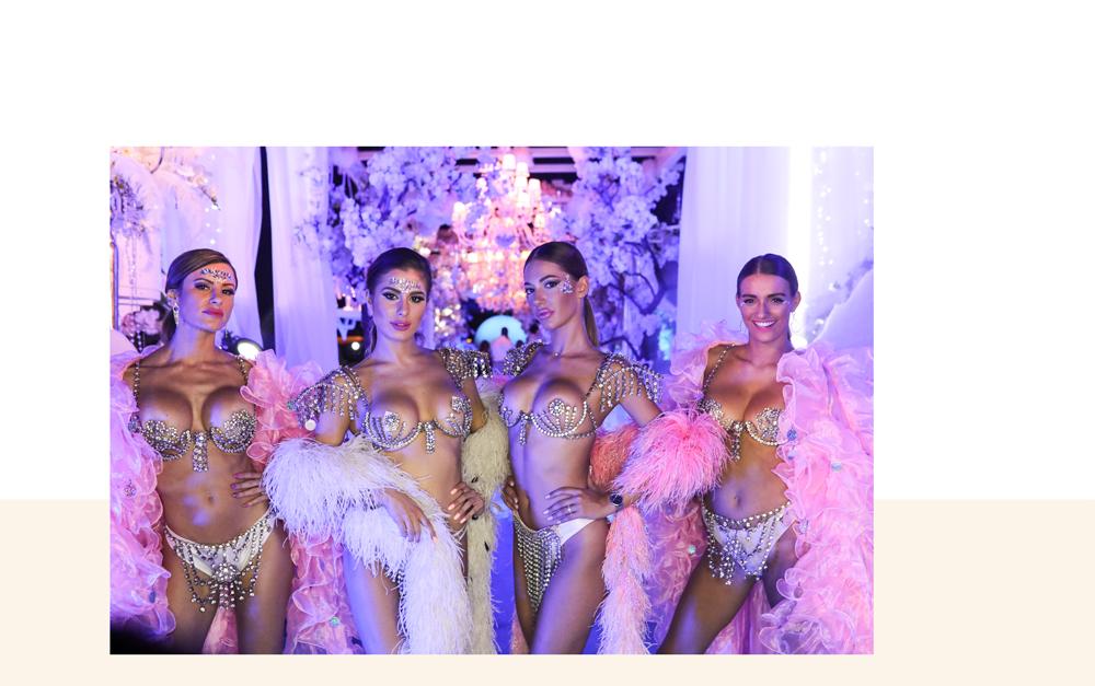 quatre jeune femmes vêtues de tenues maillots de bain à strass pour une soirée à thème au bâoli club