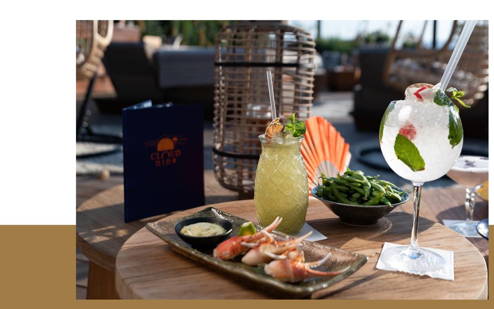 dégustation de cocktails edamame et assiette de homard en fin de journée sur le rooftop