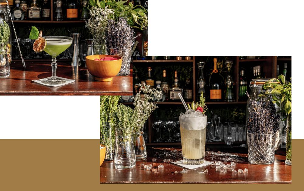 comptoir du bar cloud nine avec deux cocktails colorés avec un bandeau doré en fond