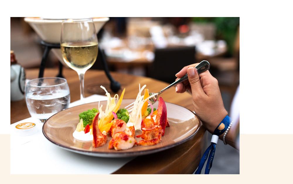 plat savoureux avec du homard et un verre de vin blanc au restaurant bâoli