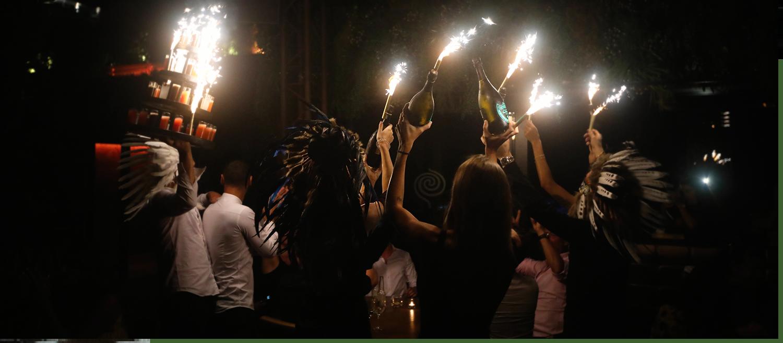 soirée à thème au bâoli cannes avec des bouteilles de champagne bougies et shots